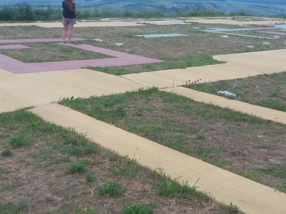 Exkursion Michelberg: Die verschiedenen Zeitepochen wurden mit unterschiedlich farbenem Beton realisiert